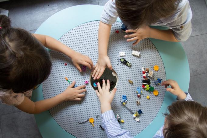 [MU]Table kids design met spelende kinderen