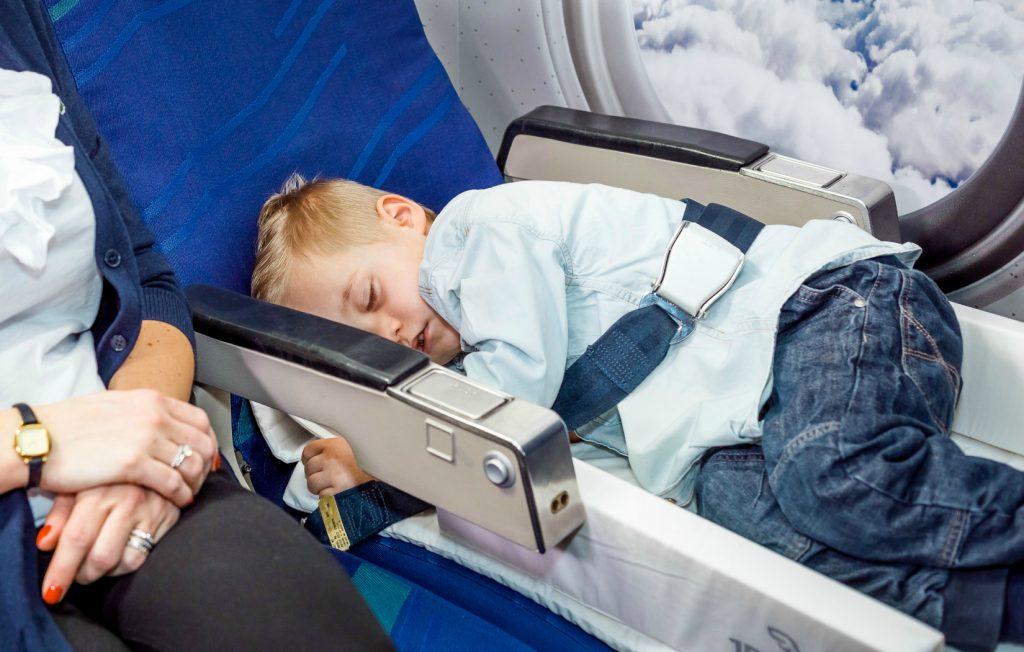 Kinderen-slapen-vliegtuig-Jetkids_BedBox