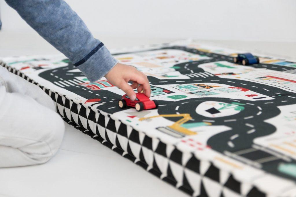 speelmatras spelen in huis speelideeën winter binnenspelen mamablog