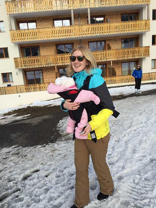op wintersport met baby in draagzak