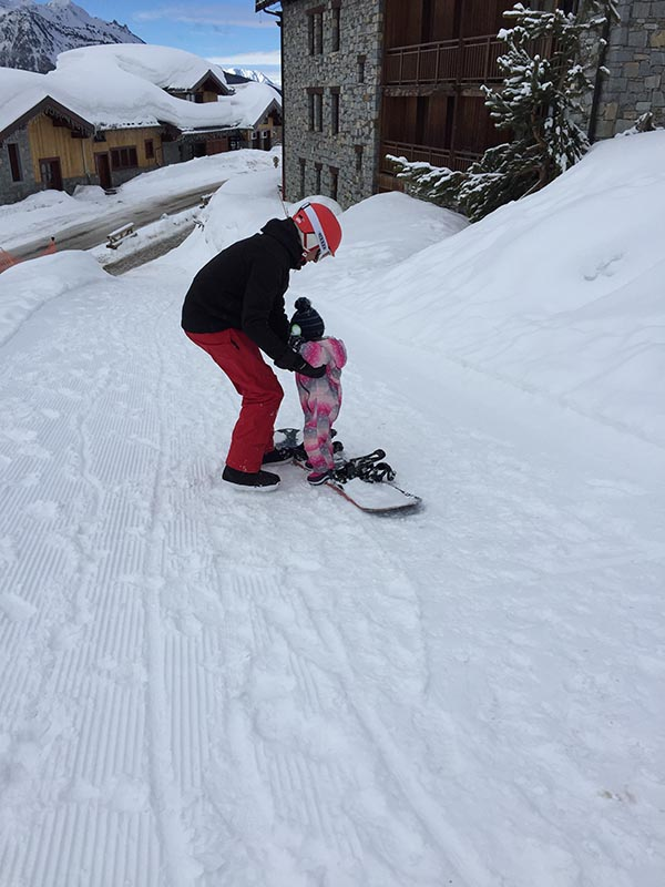 wintersport snowboarden met dochter