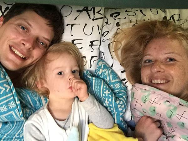 wakker worden in de zelfgebouwde camper