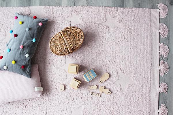 Hoera! Dit vloerkleed voor de kinderkamer is wasbaar en non-chemisch (en LEUK!)