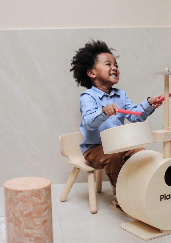 Rock on! Plan Toys maakte een houten drumstel voor kinderen