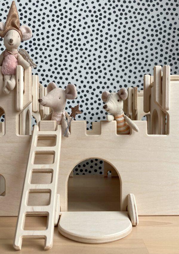 Deze houten speelgoedhuisjes worden door dochter en vader gemaakt